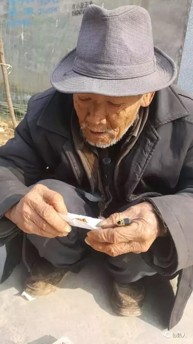 农村老年人用纸卷旱烟,用木瓜吸烟,难得一见!